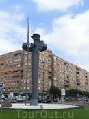 Ну кроме того, что это город кардинала Сиснероса, этот город еще и Сервантеса, о чем нам напомнил вот такой забавный Дон Кихот на одной из развилок, Glorieta de Don Quijote.