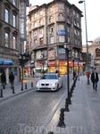 Улицы бедного города с не бедными автомобилями