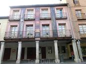 Соседнее с мэрией здание, Corral de Comedias,   здание одного из старейших в Европе театров. Оно было построено в 1602 году и было и театром, и кинотеатром ...