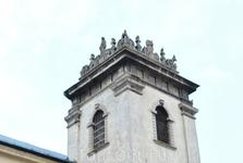 Само сооружение монастыря, судя по толщине стен, имело оборонное сооружение, но особое внимание привлекает башня и резьба на ней.