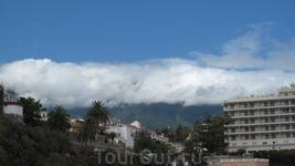 Вот это настоящий север Тенерифе! Облака застряли на горе.