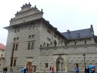 Еще один дом в стиле сграффито - это Шваценбергский дворец в Градчанах. Кажется, что его фасад покрыт плиткой, а на самом деле этот эффект объема нарисован ...