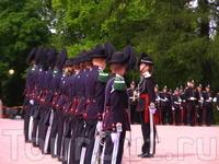 Это развод караула у Королевского Дворца,очень интересное действо.Они маршируют через весь центр,сопровождаемые оркестром,полицейскими и туристами.Зрелище ...