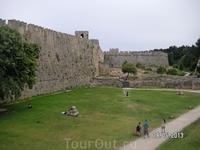 У ворот крепости. Стены