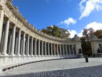 Памятник окружает огромная очень красивая колоннада.