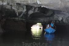 Проплываем через пещеру крокодилов. В период приливов она затапливается