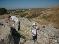 Прогулка по древнему Пантикапею.Остатки стен.