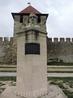Долгую и насыщенную историю крепости можно видеть в установленных здесь памятниках
