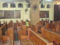 Зал для прихожан в христианской церкви. Верующие молятся 7 раз в день и стоя этого не выдержать.