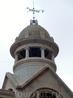 Две боковых башенки рынка украшены куполами, на которых вращаются флюгеры.