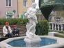 Цветник. Каждая из этих скульптур - фонтанчик (льют воду из кувшинов), но сейчас почему-то воды не было...