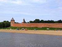 Вот так выглядят стены Кремля с реки Волхов
