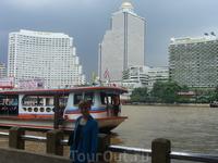 мы много бродили пешком и ездили на такси (там оно стоит копейки) доехали до реки  Чао Прае и пошли искать откуда можно отчалить. Нашли речной трамвайчик ...