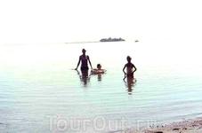 Островок посередине залива, на который мы с папой плавали на матрасе