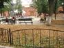 Вдалеке памятник П. И. Чайковскому. Наверное поэтому забор в скрипичных ключах
