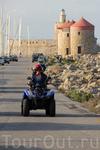 Туристы колесят по острову на квадроциклах