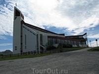 Модерновая церковь на холме.