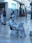 Газетный человек-живая статуя