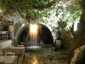 еще одна таверна на водопадах, здесь только освежились, была ночь и воскресенье, посетителей не было, и нам предложили испытать температуру, а что нам ...