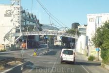 За этой вышкой слева , погранпостом справа  и мостиком их соединяющих  начинается территория  Сан-Монако.
