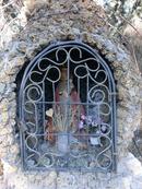 Именем La Fuensanta называется по сути весь парк, расположившийся на склоне горы, а имя ему дала вот эта небольшая фигурка святой, которая находится в мини-часовенке у входа в отель.