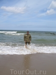 """Волны Батийского моря """"лижут"""" ноги на пляже Светлогорска."""