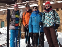 Наша небольшая горнолыжная семья на неделю. ;-) Половина горнолыжников, половина сноубордистов. Кто кого? :-)