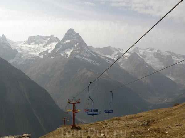 4 канатные дороги поднимают до вершины