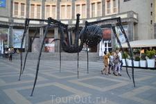 У кинотеатра  Москва вот такие  скульптуры