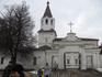 Рядом с церковью Петра и Павла расположена церковь 17 века Великомученицы Варвары (вид от шоссе).