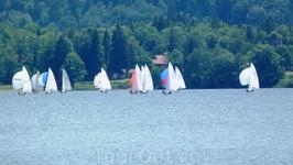 В выходной день да еще в хорошую погоду на озере - не протолкнуться