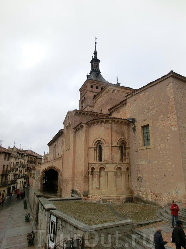 Мы прошли на площадь San Martin, вокруг которой расположено несколько местных достопримечательностей. Это Церковь Святого Мартина (Iglesia de San Martín). Один из многочисленных романских храмов Сеговии, возведенный в XI веке на месте арабской церкви ...
