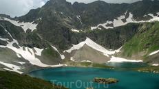 В озерах изумительный цвет воды,который менялся в зависимости от освещения