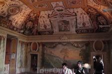 Там же. Залов много, но сохранность фресок различная. Что-то ещё не отреставрировано...