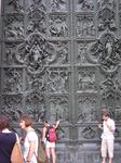 Гигантские двери.
