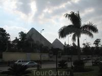 подъезжаем к Гизе и Пирамидам (они видны практически с любого места в Каире)