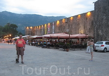 Вечерняя Будва. На фоне стен старого города