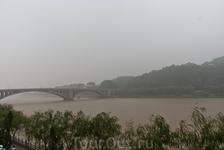 между горами Сяньшань и Лунмэньшань течет речка И (Ихэ, Ишуй)