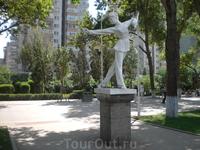 В парке на набережном такие девушки, упражняющиеся в кунфу - повсюду.