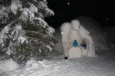 Фигуры из снега возле Ледового дворца-отеля.