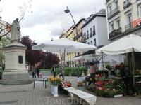 Эта площадь была первой, что мы увидели в Мадриде, приехав сюда впервые в ноябре 2014 года. Начитавшись проспектов про прекрасную площадь Тирсо ди Молина ...