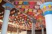 В храме на потолке бумажные гирлянды, считается чем беднее в храме, тем лучше