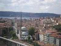 Путешествие из Европы в Азию. Въезд на мост Ататюрка. Бухта Золотой Рог делит европейскую часть Стамбула на две части: Эминёню - Старый город, сохраняющий ...
