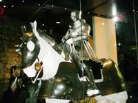 Внутри Белой башни организовываются различные выставки. Все время разные. Мы попали на выставку оружия и доспехов. Это доспехи Генриха VIII, который основал ...