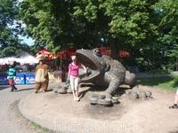 Огромная лягушка в парке недалеко от Музея воды - исполнительница желаний и копилка,куда может вместиться монет на 8, 5 миллионов гривен.