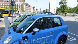 Копенгаген. Электромобиль на зарядке.