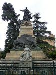 Площадь у входа в замок носит имя Королевы Виктории Эухении (Plaza de la Reina Victoria Eugenia). Памятник на этой площади, судя по надписи, посвящен героям ...