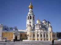 Вологодский кремль особенный, он сравнительно молод, (был заложен Иваном Грозным) осадам не подвергался, а был просто резиденцией вологодского архиепископа, отсюда и его второе название – Архиерейский
