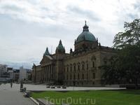 Здание суда в Лейпциге. Очень впечатляющее здание, прямо веет от него непоколебимостью закона