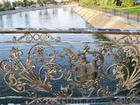 Перила моста Дружбы в парке имени Гейдара Алиева